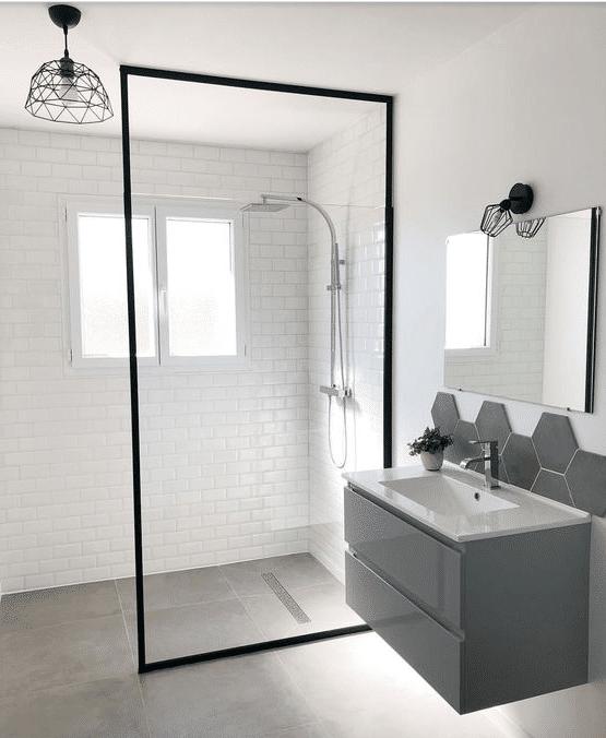 douche italienne moderne dans salle d'eau